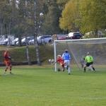tabergsförsvarare nickar bort en boll på linjen