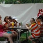 bollisorna äter välförtjänt av hardys läckerheter