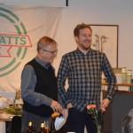 En stolt pristagare till Årets Dragning. Robin Waern klippte tag i kalufsen på en ung hemmaspelare på Tabergs IP.