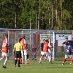 Hassan Ashraf krigar om bollen med tre motståndare