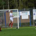målhunriga rödvita spelare kämpar för att få in bollen i slutskedet av matchen