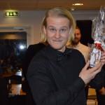 Oskar Beverin visar upp det fina priset från rödvita spelarrådet