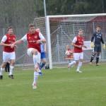 Johan Fransson rensar bort bollen från farligt läge