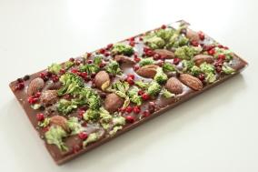 Pralinhusets - 40% Kakao – Broccoli, Mandel & Rosépeppar