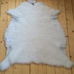 Nr: 13013. Finullsskinn, vitt. Tvättbart. 82x80cm. Litet nätt skinn som upplevs tunnare med kortare ull. Pris: 700kr