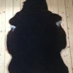Nr: 14002. Finullsskinn, svart. Tvättbart. 98x76cm. Pris: 1100kr
