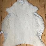 Nr: 16203. Finullsskinn, vitt. Tvättbart. 91x84cm. Upplevs lite tunnare med kortare ull och lite skavt på sidorna. Pris: 700kr