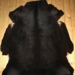 Nr: 17206. Finullsskinn, grånat svart. Ekoberedning. 119x103cm. Stort, kraftigt och tjockt tackskinn. Pris: 1400kr