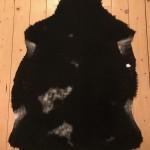 Nr: 18011. Finullsskinn, svart med vita små fläckar. Ekoberedning 35mm. 92x70cm. Mjukt. Pris: 1100kr.