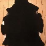 Nr. 18040. Finullsskinn, svart. Ekoberedning 35mm. 102x81cm. Mjukt och tjockt. Pris: 1100kr.