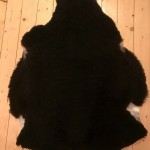 Nr: 18066. Finullsskinn,  svart. Ekoberedning 35mm. 95x78cm. Mjukt. Pris: 1100kr.