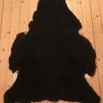 Nr: 18026. Finullsskinn, svart. Ekoberedning 35mm. 118x86cm. Mjukt och tjockt. Pris: 1200kr.