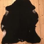Nr: 18120. Finullsskinn, svart med några små fläckar. Ekoberedning 35mm. 93x77cm. Mjukt. Pris: 1100kr.