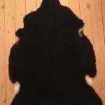 Nr. 18002. Finullsskinn, svart. Ekoberedning 35mm. 99x76cm. Mjukt. Pris: 1100kr.