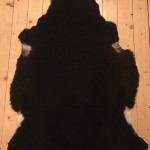 Nr: 18098. Finullsskinn, svart. Ekoberedning 35mm. 106x78cm. Tjockt och mjukt. Pris: 1200kr.
