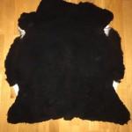 Nr: 18048. Finullsskinn. Svart. Ekoberedning 35mm. 85x85cm. Mycket tjockt och mjukt, riktigt svart skinn. Pris: 1200kr.
