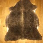 Nr: 19101. Finullsskinn. Brunt. Ekoberedning 35mm. 91x70 cm. Tjockt och mjukt skinn med tendens till lite lockar och färgskiftningar. Pris: 1200kr.