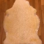 Nr: 20010. Korsningsskinn Finull/Gotland, vitt. Ekoberedning 35mm. 106x81cm. Mjukt med glans och vackra lockar. Gulflammigt i färgtonen. Pris: 1500kr.