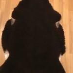 Nr: 20011. Finullsskinn, svart. Ekoberedning 35mm. 113x83cm. Mjukt, tjockt och stort skinn. Pris: 1300kr.
