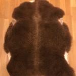 Nr: 20015. Finullsskinn, brunt. Ekoberedning 35mm. 99x82cm. Tjockt och mjukt med vackra färgskiftningar. Saknas ull på liten fläck ytterst vid halsen, inget man tänker på. Pris: 1200kr.
