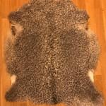 Nr: 20016. Gotlandsskinn, grått. Ekoberedning 35mm. 89x80cm. Stora silkiga lockar i lite ljusare nyans. Pris: 1600kr.