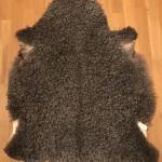 Nr: 20018. Gotlandsskinn, grått. Ekoberedning 35mm. 102x80cm. Jämn grå färg med stora silkiga lockar. Pris: 1600kr.