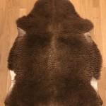 Nr: 20030. Finullsskinn, brunt. Ekoberedning 35mm. 100x79cm. Mjukt och tjockt med vackra färgskiftningar. Pris: 1200kr.