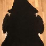 Nr: 20047. Finullsskinn, svart. Ekoberedning 35mm. 115x86cm. Mycket mjukt, tjockt och stort. Något ful skinnsida. Pris: 1200kr.