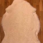 Nr: 20062. Korsningsskinn Finull/Gotland, vitt. Ekoberedning 35mm. 103x80cm. Mjukt, tjockt, lockigt och glansigt. Pris: 1600kr.