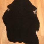 Nr: 20093. Finullsskinn, svart. Ekoberedning 35mm. 98x74cm. Mjukt och tjockt. Pris: 1100kr.