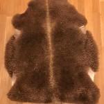 Nr. 20121. Finullsskinn, brunt. Ekoberedning 35mm. 102x82cm. Mjukt och tjockt skinn med vackra färgskiftningar. Pris: 1200kr.