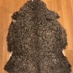 Nr: 20137. Gotlandsskinn, grått. Ekoberedning 35mm. 99x77cm. Stora silkiga lockar med vackra färgskiftningar. Pris: 1600kr.