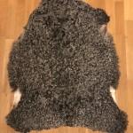 Nr: 20141. Gotlandsskinn, grått. Ekoberedning 35mm. 97x77cm. Jämn grå färg med mycket stora silkiga lockar. Pris: 1600kr