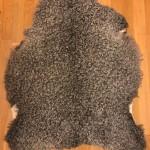 Nr: 20142. Gotlandsskinn, grått. Ekoberedning 35mm. 92x78cm. Stora silkiga lockar. Pris: 1600kr