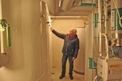 Willy Ociansson undersöker värmesystemet