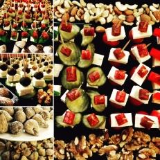 Jul på jobbet - Vörtbröd, lussekatter, pepparkakor, nybakade bröd & frallor från bageriet, julsill, kallrökt laxfilé, sillsallad, rödbetsallad, kokt ägg, julost edamer, cheddar, ädelost, chévre, julskinka, julmedwurst, prinskorv, julmust, alkoholfri glögg. Dukning, servetter & ljus enligt önskemål.