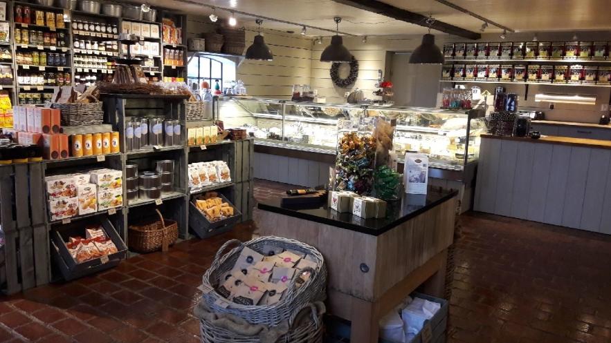 Gårdsbutik med ostar, deliktesser & smakligheter utanför Båstad på Bjärö