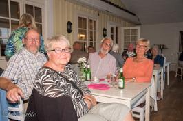 September. Gilla besöker succén Seniorpub på Gripen.
