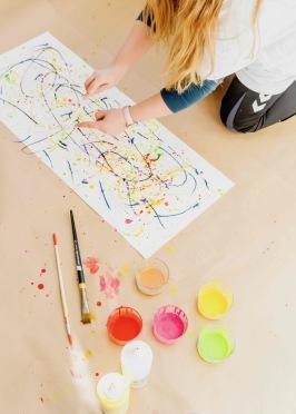Novembernumret 2018. Isabelle Larsson testar att måla med droppteknik på Sagoliks Kidsateljé.