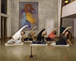 Yogaträning på Björkudden i Stallarholmen. I nyårsnumret ger vi flera olika träningstips!