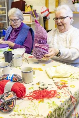 Vi besöker Röda Korsets Stickkafé i Stallarholmen. Runt dussinet tanter som träffas en gång i veckan.