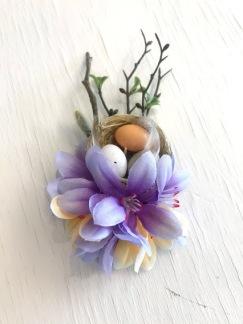 Vårblomma lila med fågelbo