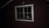 Fotogenlyktans ljus lyser upp stugan...