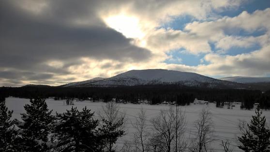 Utsikt mot Dundret från utsiktsplatsen på Siekasadjestugans tak.