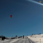 Luftballonger i luften och renar i skidspåret.