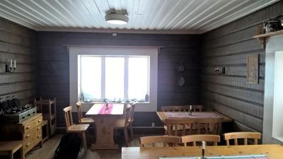 Restaurangen i fjällstationen, som lär vara Svergies höst belägna restaurang. I restaurangen finns en del antika förmemål som prydnad.