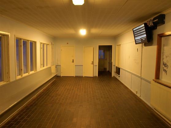 """Ännnu en bild på väntsalen i Björklidens stationshus, den station som för övrigt brukar få namnet """"Blåkulla"""" vid påsktider."""