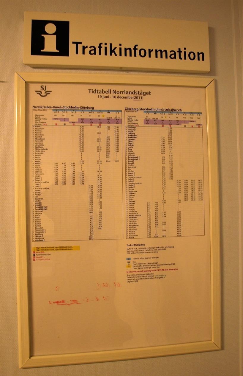 """I väntsalen i Björklidens stationshus finns en tidtabell upsatt, men det var visst några år sedan den slutade gälla... Den är nämligen från den tiden då tåget """"Karven"""" gick. Sedan det lades ner så stananr inga tåg för på eller avstigning""""på stationerna mellan Kiruna och Abisko Östra längre. Numera stannar inte heller några tåg för på eller avstigning i norska Straumsnes."""
