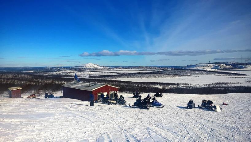 Ädnamvaarastugan med Kiruna och LKAB i bakgrunden.