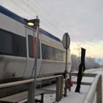 Tågkompaniet som bedriver Norrtågstrafiken har just stannat till med tåg 7151 i Sjisjka och släppt av mig som är dagens enda resenär till Sjisjka. Lägg märke till den röda postväskan.